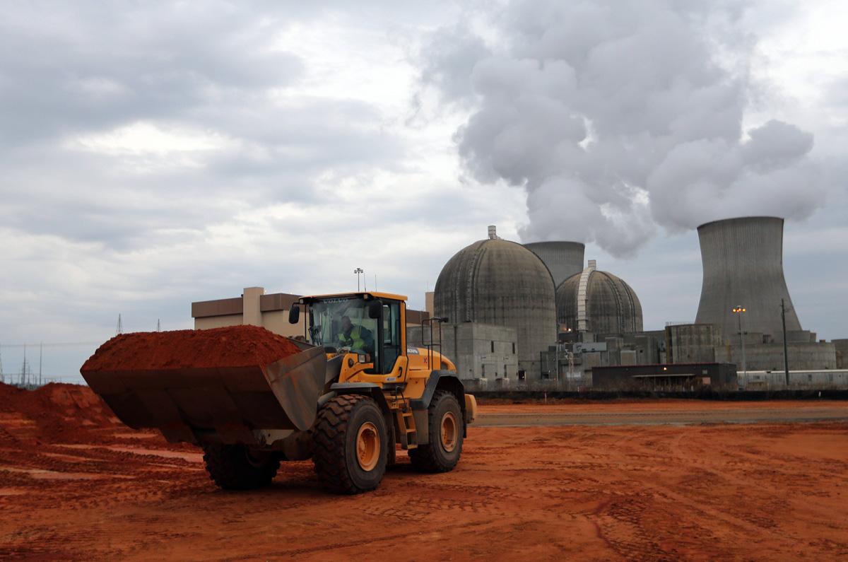 11 Aralık 2012: Bir iş makinesi Vogtle nükleer güç tesisindeki bir yeni reaktör üzerinde çalıştırılıyor. Mevcut reaktörlerden birisi arkaplanda görünmektedir.