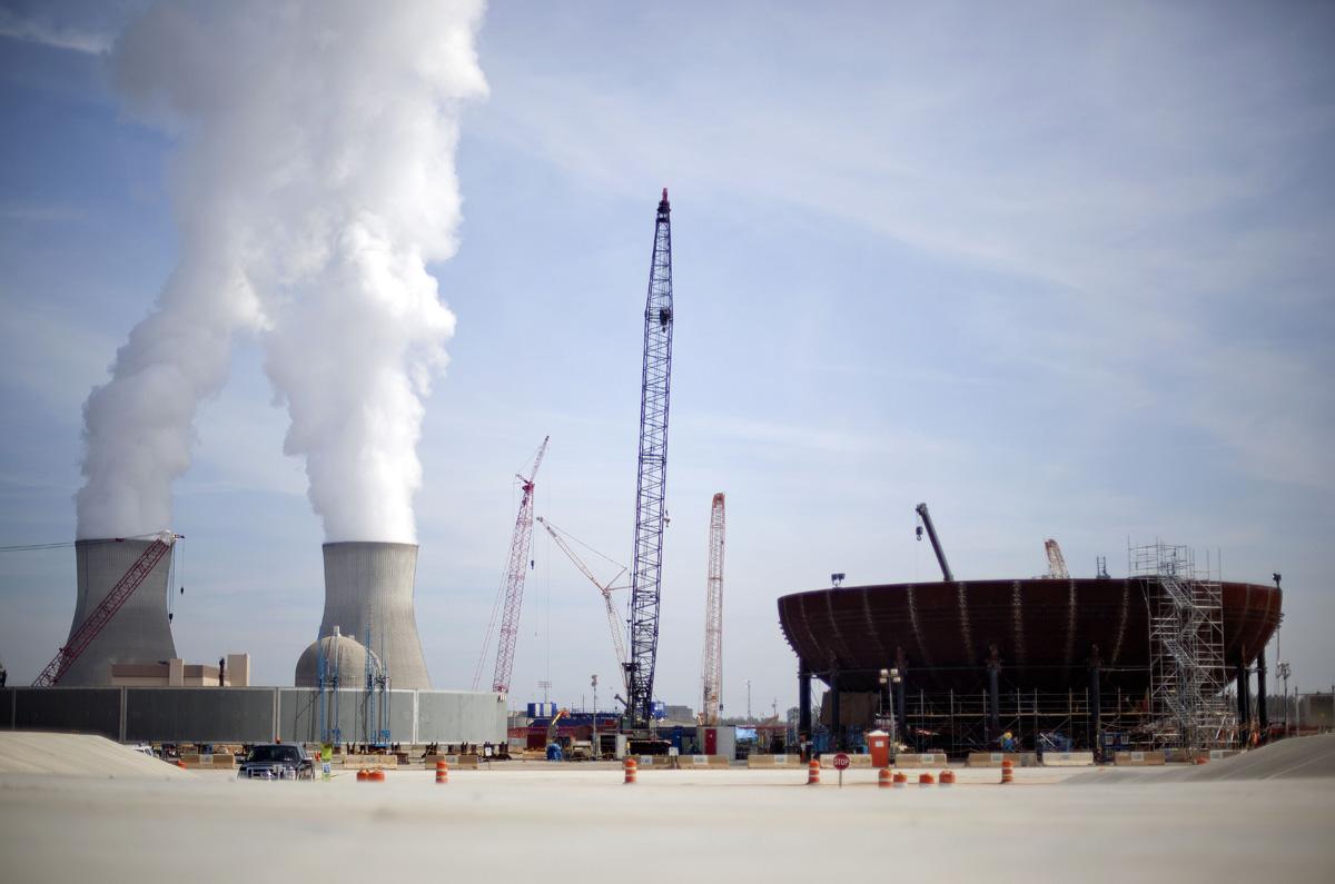 15 Şubat 2012: Ünite 3'ün reaktörün muhafaza kabının alt kısmı Vogtle nükleer güç tesisinin sağ tarafında inşa ediliyor.