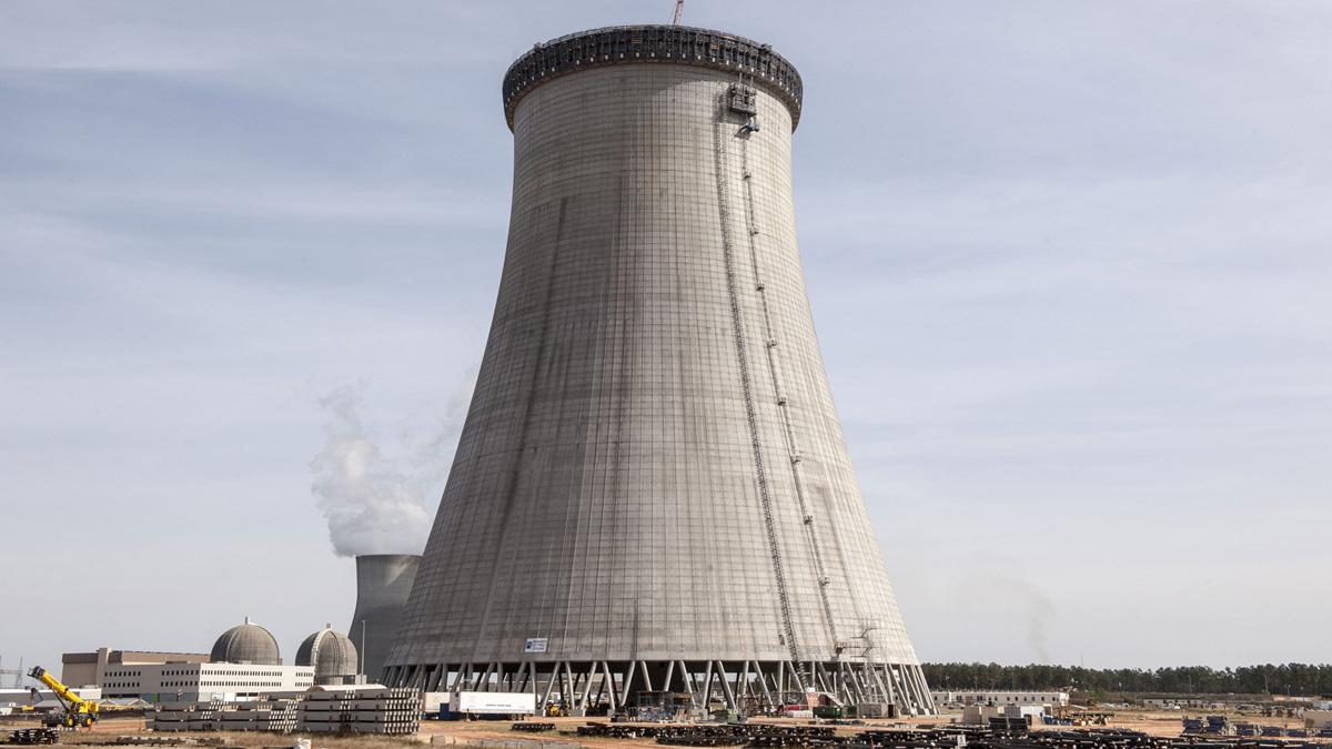 13 Haziran 2014: Vogtle'da yeni nükleer reaktörün inşasına devam ediliyor. Arka planda inşasına devam edinilen soğutma kulesi.